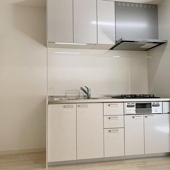 グリル付きの三口キッチン。冷蔵庫置き場はすぐ隣。
