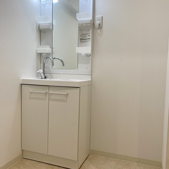 お風呂場を出ると洗面所。収納スペースが置けそうですよ