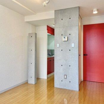 シンプルなお部屋にパキッと赤が映えるな〜。