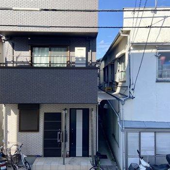 窓からは通りを挟んでご近所さんが見えますよ。