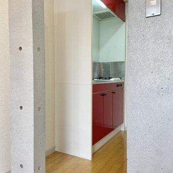キッチンはこちら側です。冷蔵庫は手前に置けますよ。