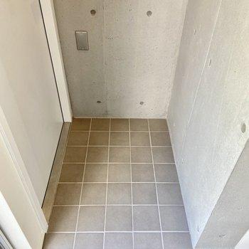玄関はグレーのタイル張り。