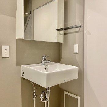 スクエアの鏡とシンクが印象的な独立洗面台。