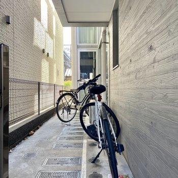 自転車はこちらに置けますよ。屋根がついているので濡れたり錆びにくいのも嬉しいポイント。