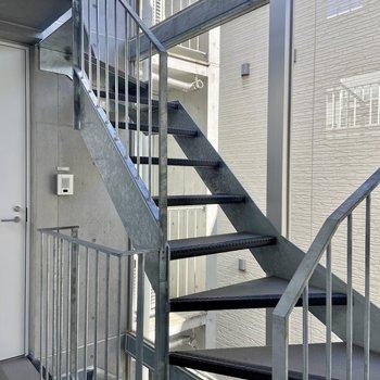 お部屋まではこちらの階段を使います。