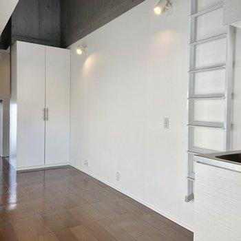 白が基調のシンプルな内装。