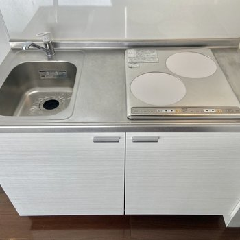 キッチンは2口ガスコンロ。一度に2品作れるのが嬉しい。