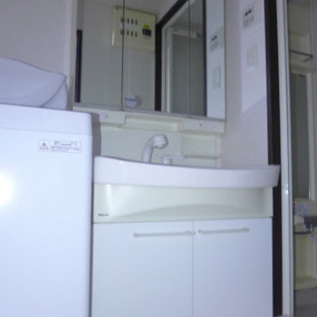 洗面台も大きめなので使い勝手good!(※写真は4階の反転間取り別部屋、モデルルームのものです)