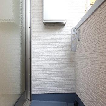 バルコニーは狭い!けど一人分の洗濯物は十分干せます◎(※写真は1階反転間取り別部屋のものです)