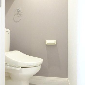 トイレは換気扇とウォシュレット付き!(※写真は1階反転間取り別部屋のものです)