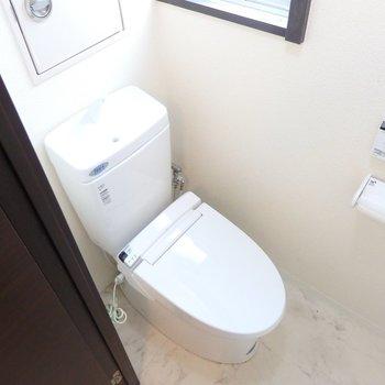 窓付きのトイレ※写真は同間取り別部屋のもの