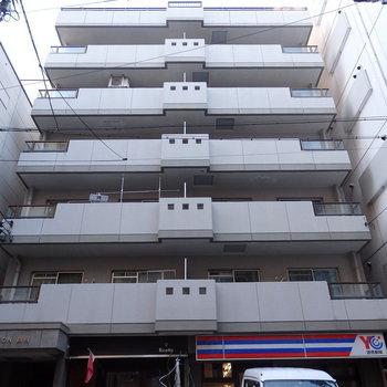 7階建て。レトロな外観です