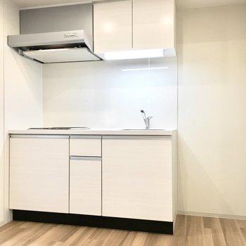 白の清潔感あるキッチン。※写真は同間取り別部屋のものです