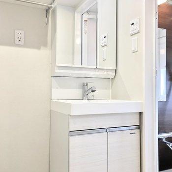 洗面台はシャンプードレッサー。※写真は同間取り別部屋のものです