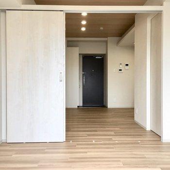 玄関〜バルコニーまで奥行き感ある空間です。※写真は同間取り別部屋のものです