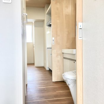 水回りもリビングと洋室が繋がってます。※写真は同間取り別部屋のものです