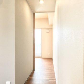 廊下を進むと、、※写真は同間取り別部屋のものです