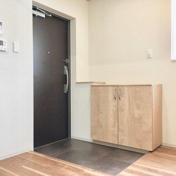 玄関脇に観葉植物を置くのもいいかも。※写真は同間取り別部屋のものです