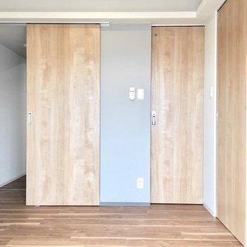 ドアの上には棚のようなちょっとしたスペースも。※写真は同間取り別部屋のものです