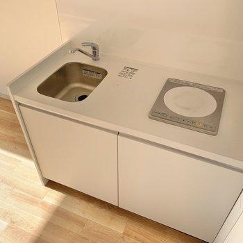 キッチンはコンパクト!IHなので火元の心配はいりません。シンクが狭めなので洗い物はこまめにするのが良さそう◯