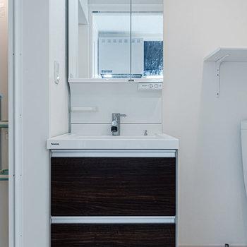収納力が高めの洗面台。※写真は同間取り別部屋のものです