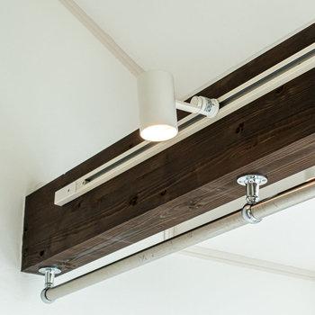 梁にはライティングレールとパイプハンガーが取り付けられています。※写真は同間取り別部屋のものです