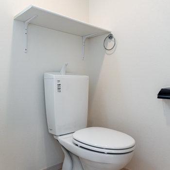 その隣にはお手洗い。※写真は同間取り別部屋のものです