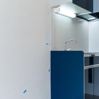 冷蔵庫はシンクの隣に。※写真は同間取り別部屋のものです