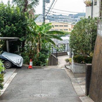アパート付近は坂道になっています。※写真は同間取り別部屋取材時のものです