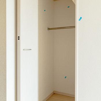 キッチンの反対側にクローゼットがあります。※写真は同間取り別部屋のものです