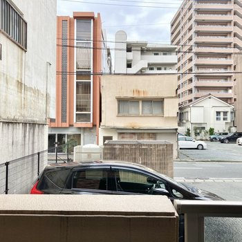 お部屋よりちょっと高くなっているバルコニー。目の前は駐車場です。
