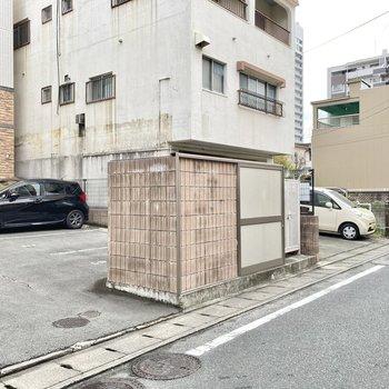 ゴミ置き場はマンション前にありました。