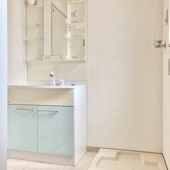 爽やかな色合いの洗面台が可愛いですね。