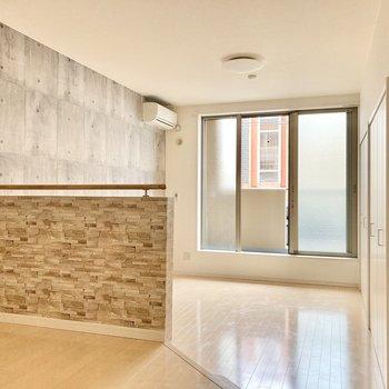 窓は南向き。正面からもキッチン横からも光がしっかり入ります。