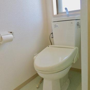 トイレにはウォシュレット付き ※写真は4階同間取り・別部屋のものです。