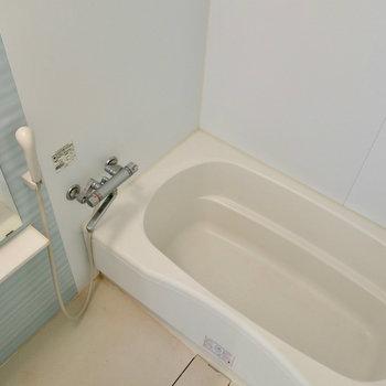 お風呂は水色で爽やかに ※写真は4階同間取り・別部屋のものです。