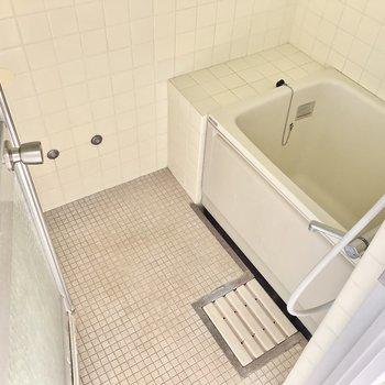 お風呂はちょっぴりレトロめ。(※写真は清掃前のものです)