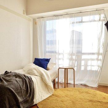 【洋室4.6帖】窓からは柔らかい日差しが入ります。