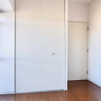 【洋室4.8帖】シンプルなお部屋です。