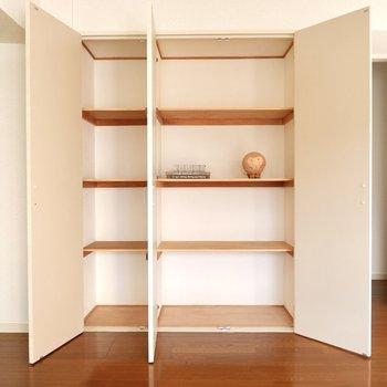 【リビング】4段に分かれた収納。食器棚にしても良いですね。