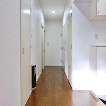 洋室や和室につながる廊下。