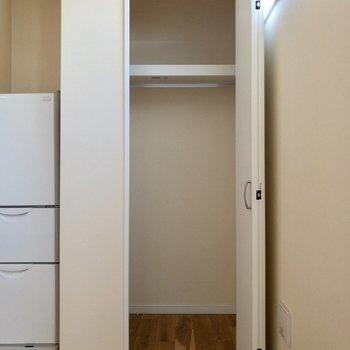 隠れて見えませんが、左側にも収納スペースがあります。※写真は1階の反転間取り別部屋、冷蔵庫は撤去される予定です