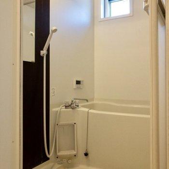 洗い場は広め。浴室乾燥もできます。※写真は1階の反転間取り別部屋、清掃前のものです
