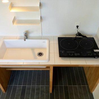 コンロは設置式。白くて清潔感があります。※写真は1階の反転間取り別部屋のものです