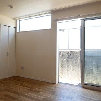 窓辺にはリクライニングソファーが良さそう。※写真は1階の反転間取り別部屋、冷蔵庫は撤去される予定です