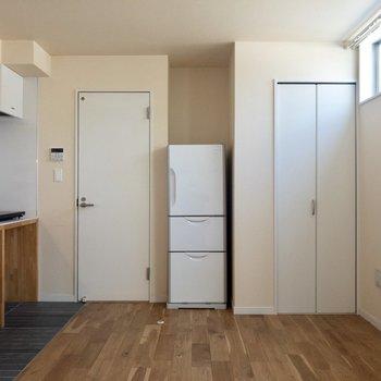 ベッドはクローゼットの近くに。※写真は1階の反転間取り別部屋、冷蔵庫は撤去される予定です