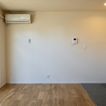 エアコンの下にはシェルフやテレビなどを。※写真は1階の反転間取り別部屋のものです