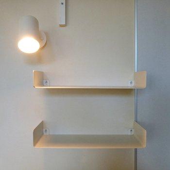 スポットライトと収納棚がキュート。※写真は1階の反転間取り別部屋のものです