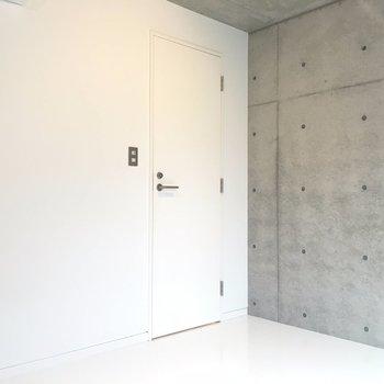 白とコンクリもマッチ。※写真は3階の同間取り別部屋のものです