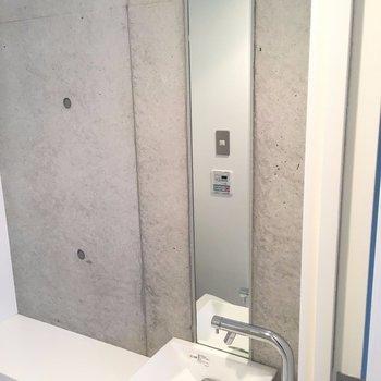 コンパクトな洗面台。※写真は3階の同間取り別部屋のものです